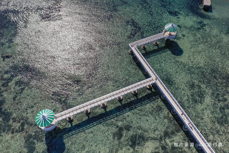 澎湖、西嶼 | 漸層琉璃海洋上的純白橋身、夢幻蒂芬妮淡綠色涼亭「小池角雙曲橋」| 澎湖隱藏版IG打卡點、北環景點、建議拍攝時刻、IG打卡網美POSE @偽日本人May.食遊玩樂