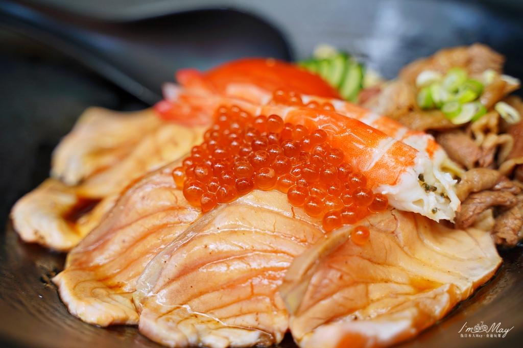 台南、美食 | 一貫只要20元的巨大鮭魚握壽司、臉盆大的鍋燒意麵,通通都在開店就排隊的「正興 x 吃吧 ! 」| 還有極少限量的百元千層蛋糕、炙燒鮭魚親子丼、各式手捲 (國華街/正興街/中西區美食) @偽日本人May.食遊玩樂