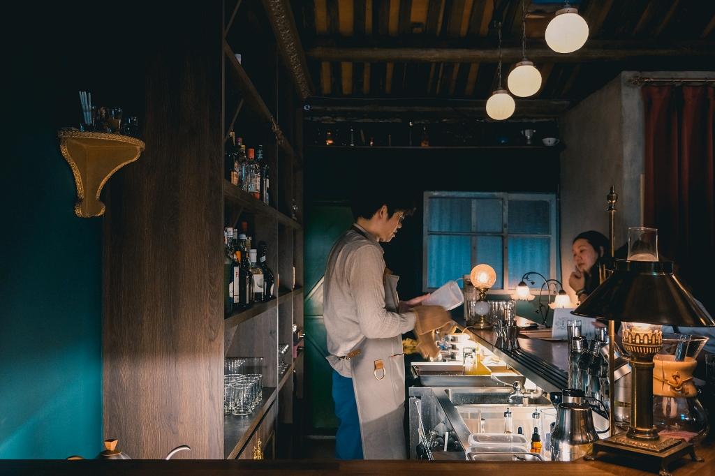 台南、風格 | 推開隱身巷弄的神祕大門,沉浸百年老宅裡的微醺時光、低調復古的神祕氛圍「Bar INFU」| 創意調酒、風味酒食 @偽日本人May.食遊玩樂