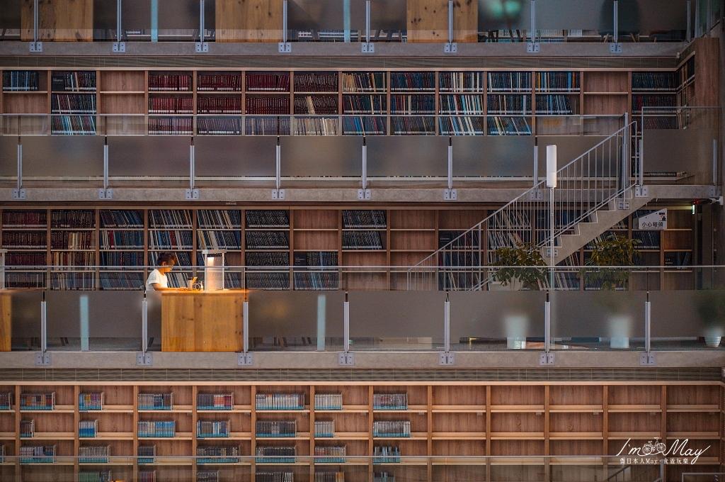 台灣最美大學圖書館之一、人文薈萃的建築美學「政大達賢圖書館」 | 湖畔絕美清水混凝土建築  、獨特層退設計空間,宛如走進迷宮的宏偉書牆隧道 | 台北、文山 (入館注意事項、交通方式、攝影建議) @偽日本人May.食遊玩樂