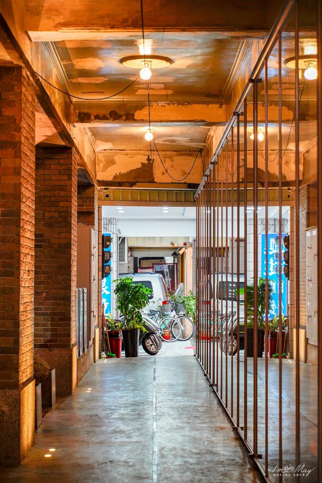 屏東建築美學 | 八十年老旅社大翻身,變身復古時髦咖啡店「驛前大和咖啡館」(驛前大和旅社) | 承載老屏東人的回憶、老屋與咖啡的新共生,踏入昭和時代的空間、感受時光的雋永感 @偽日本人May.食遊玩樂