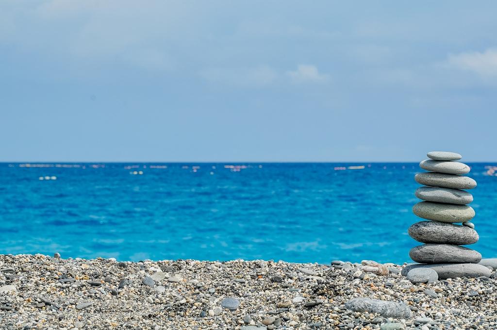花蓮、新城 | 聳立於海天之間的白色燈塔「奇萊鼻燈塔」、蔚藍海岸盡收眼底「四八高地」| 週邊順遊 : 七星潭、花蓮酒廠 @偽日本人May.食遊玩樂
