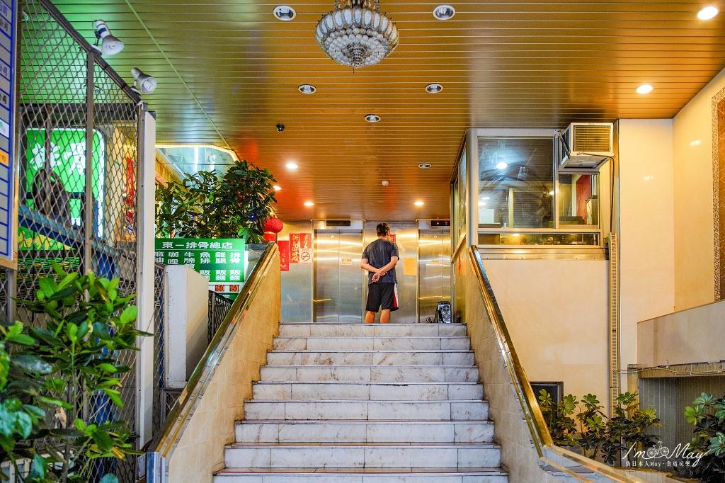 台北、中正 | 台北的老派優雅,在華麗的七○年代歌舞廳裡大嗑排骨飯「東一排骨總店」 | 台北老字號排骨店推薦、西門町美食 @偽日本人May.食遊玩樂