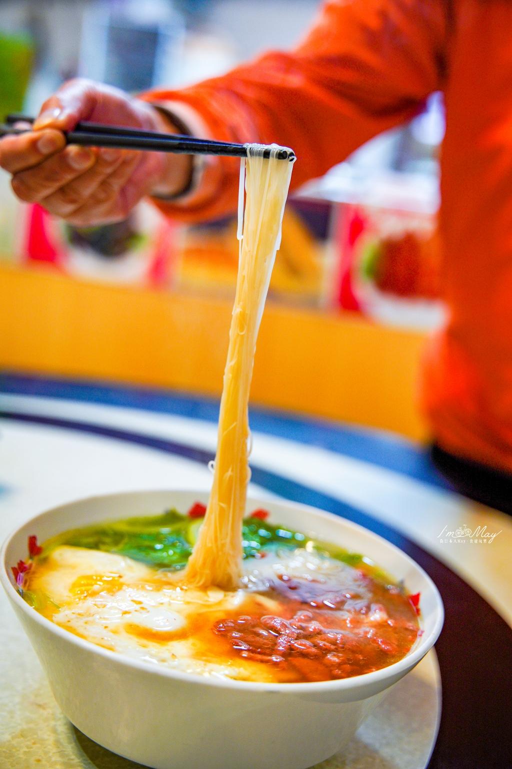 馬祖、南竿 | 在地人帶路的必吃美食 – 馬港「比薩大王」| 來到比薩大王不吃比薩,一定要吃聞名遐邇、以後不一定能再吃到的老酒麵線 ! @偽日本人May.食遊玩樂