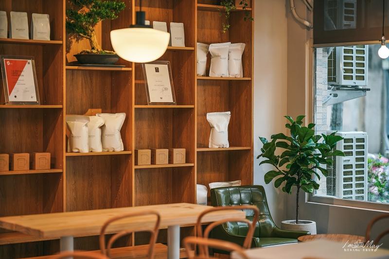 台北、南港 | 隱藏偌大公園後方的靜謐空間、瀰漫清新氣息的純白咖啡廳「 BACKMOUNT.後山咖啡 」| 早午晚餐下午茶供應、超好吃肉桂捲、不限時咖啡店 @偽日本人May.食遊玩樂
