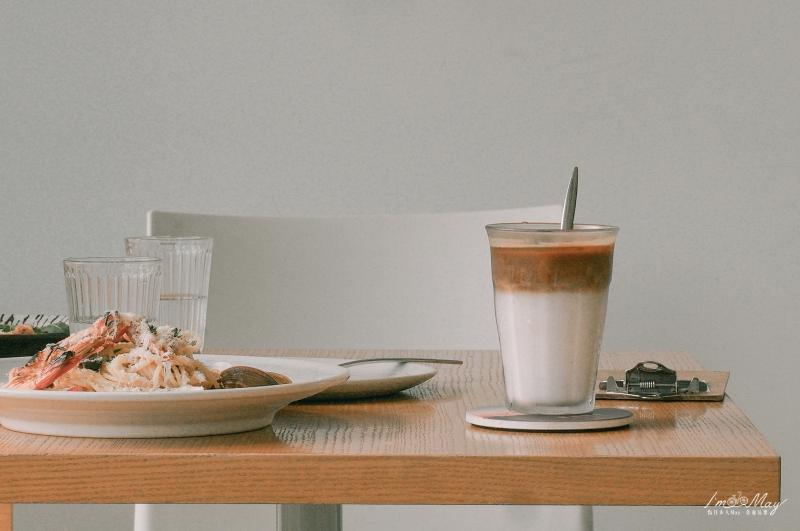 南投、日月潭 | 超熱門IG打卡咖啡店、療癒系純白玻璃屋「 Desolate coffee 蠻荒咖啡 」| 超好拍透明空間、不只是甜點連義大利麵也好吃 @偽日本人May.食遊玩樂