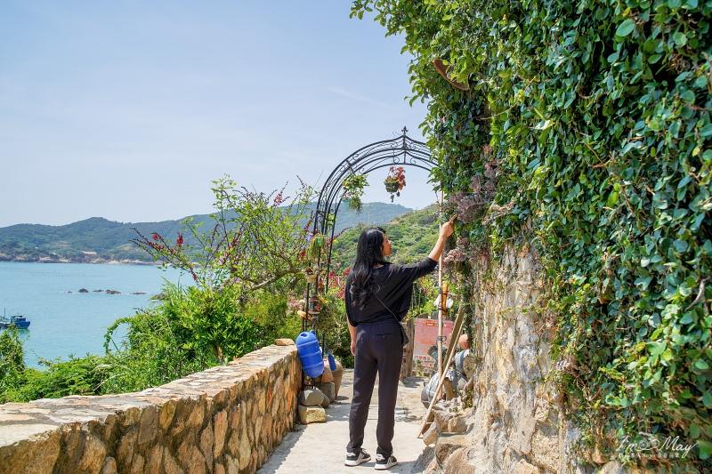 馬祖、南竿 | 坐擁絕美海灣景致的傳統石屋「夫人咖啡館」,慵懶店貓與多肉植物打造的舒心空間 | Plus 岩壁上的碉堡「86據點」 @偽日本人May.食遊玩樂