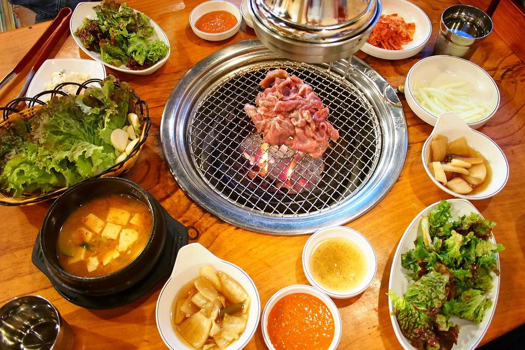 [首爾] 弘大胖胖豬韓式烤肉(통통돼지뽈살)。好吃到讓人淚牛滿面啊/CP值爆表/首爾必吃 @偽日本人May.食遊玩樂
